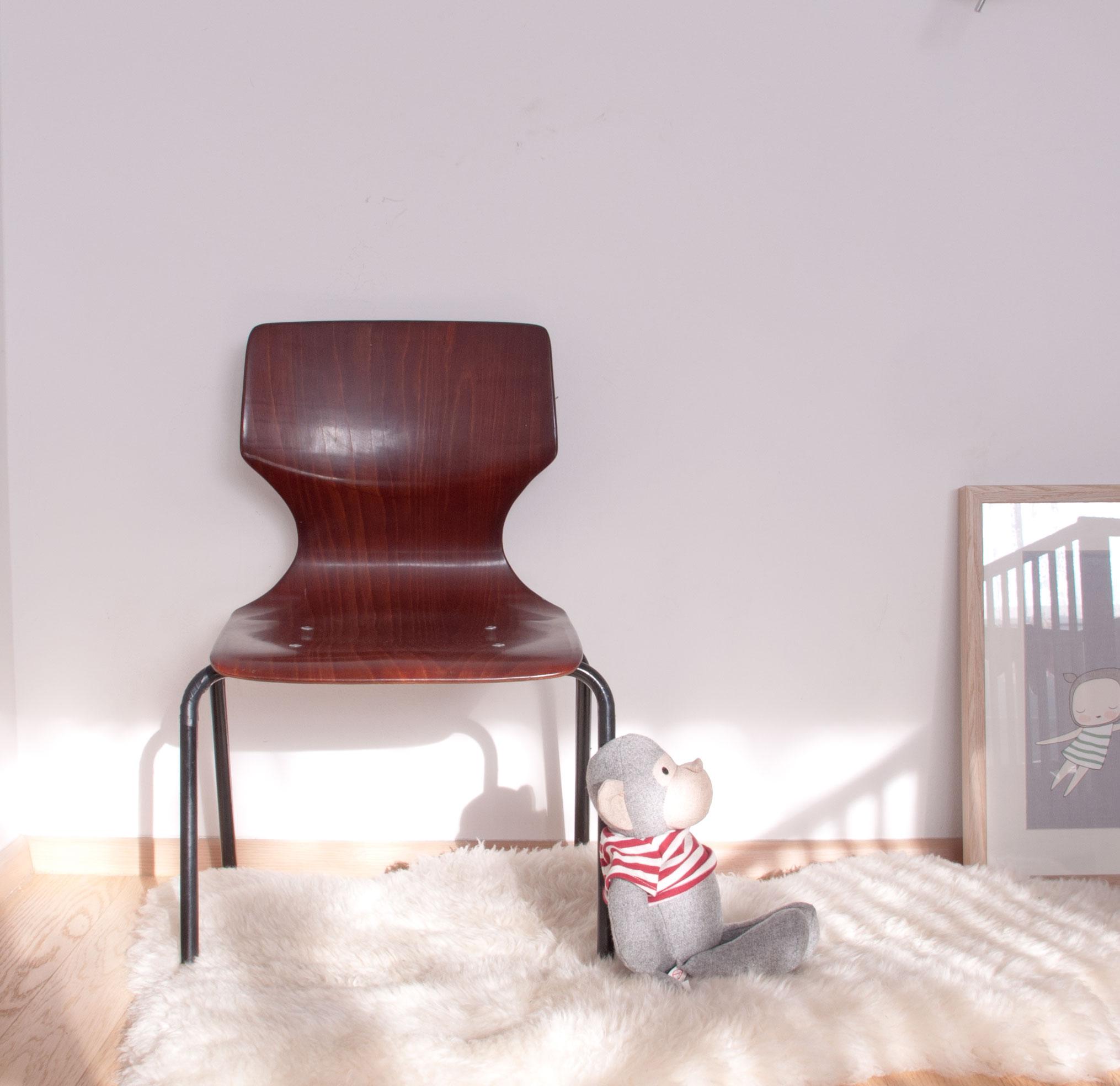 Vintage Stuhl mit holz und metallfüßen
